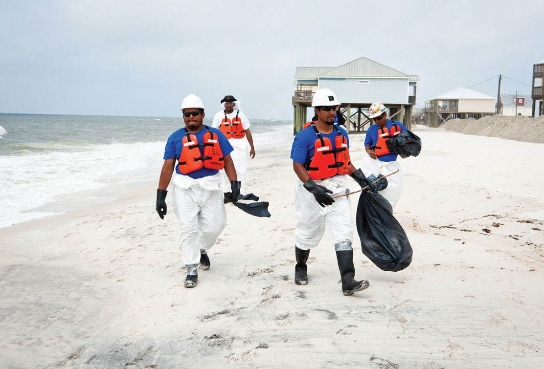 Crew-Cleaning-Up-Oil-on-Beach